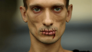 Russian political artist Pyotr Pavlensky has sewn up his mouth (foto Vimeo)