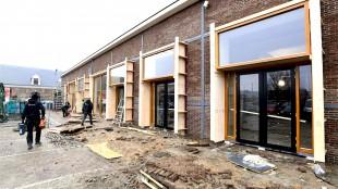 De nieuwe geveldelen in gebouw 51 zijn geplaatst (foto George Stoekenbroek)