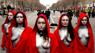 Gele hesjes op de Champs Elysée (foto Twitter)
