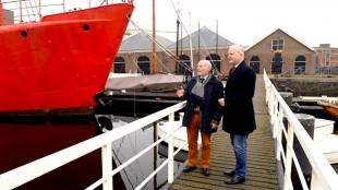 Michiel Wouters en Kees Visser met Gebouw 66 op de achtergrond (foto George Stoekenbroek)