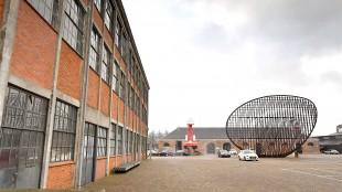 Op Willemsoord moet het stadhuis worden gevestig in de gebouwen 72 (links) en 66 (achtergrond, foto George Stoekenbroek)