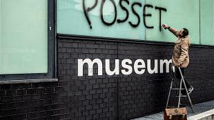 Ralph Posset zet zijn handtekening op Museum Het Valkhof (foto Paul Rapp)