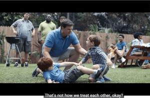 Stoeiende jongens worden berispt door overgevoelige vader