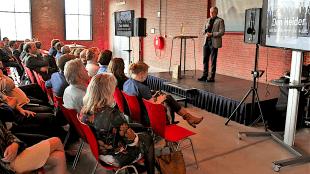 Burgemeester Koen Schuiling houdt een verkooppraatje voor de stad Den Helder (foto DHA)