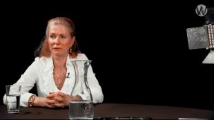 Marielys Roos bij Café Weltschmerz (foto YouTube)