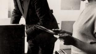 Piet Mondriaan & Gwen Lux bij de platenspeler, 1934 (foto RKD)