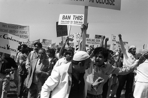 Protesting in London against Salman Rushdie and Satanic Verses in 1989 (foto PA)