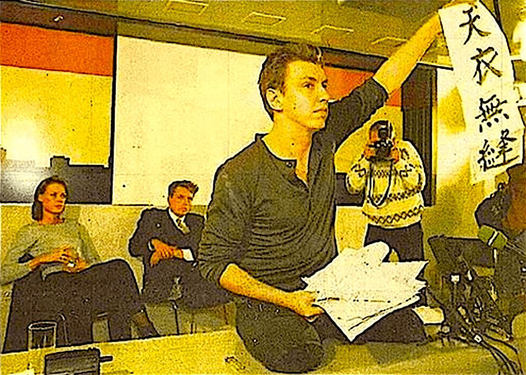 Rob Scholte's persconferentie op Schiphol, februari 1995, naast Micky Hoogendijk een BVD sokken dragende Koos Dalstra (foto Facebook)