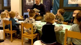 Wethouder Michiel Wouters leest voor (foto SKDH)