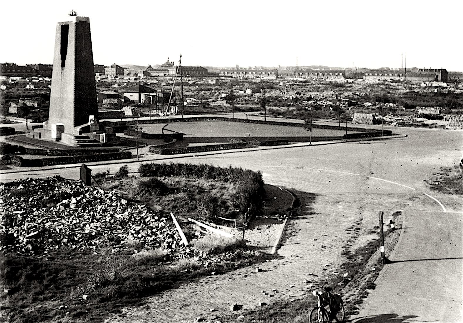 De gesloopte wijk Oude Helder, met op de voorgrond puinresten van de Kanaalweg, het monument voor het reddingswezen mocht blijven staan