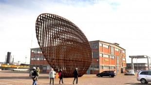 Het kunstwerk van Rudi van de Wint voor Gebouw 72, dat waarschijnlijk niet gesloopt wordt (foto George Stoekkenbroek)