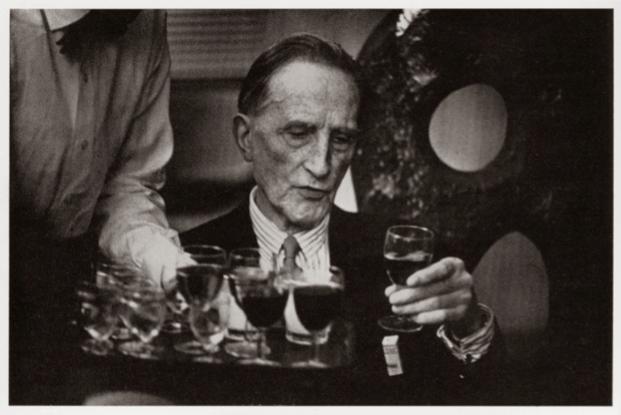 Marcel Duchamp in het Stedelijk Museum Amsterdam, 1966 (foto Museumjournaal)