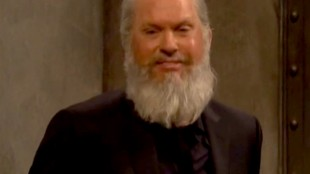 Michael Keaton as Julian Assange in Saturday Night Live, April 14th 2019 (foto Mediaite.com)