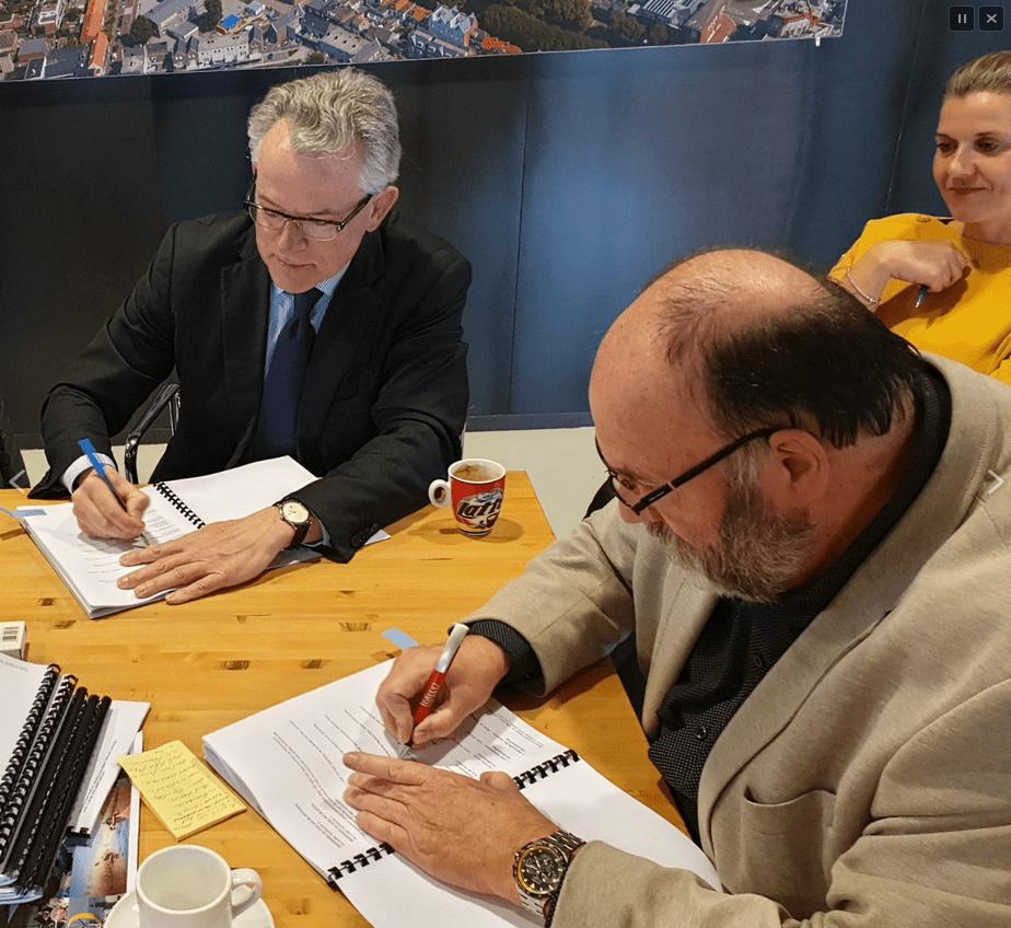 Ondertekening door burgemeester Schuiling en directeur Willemsoord Broekmeulen (foto DHA)