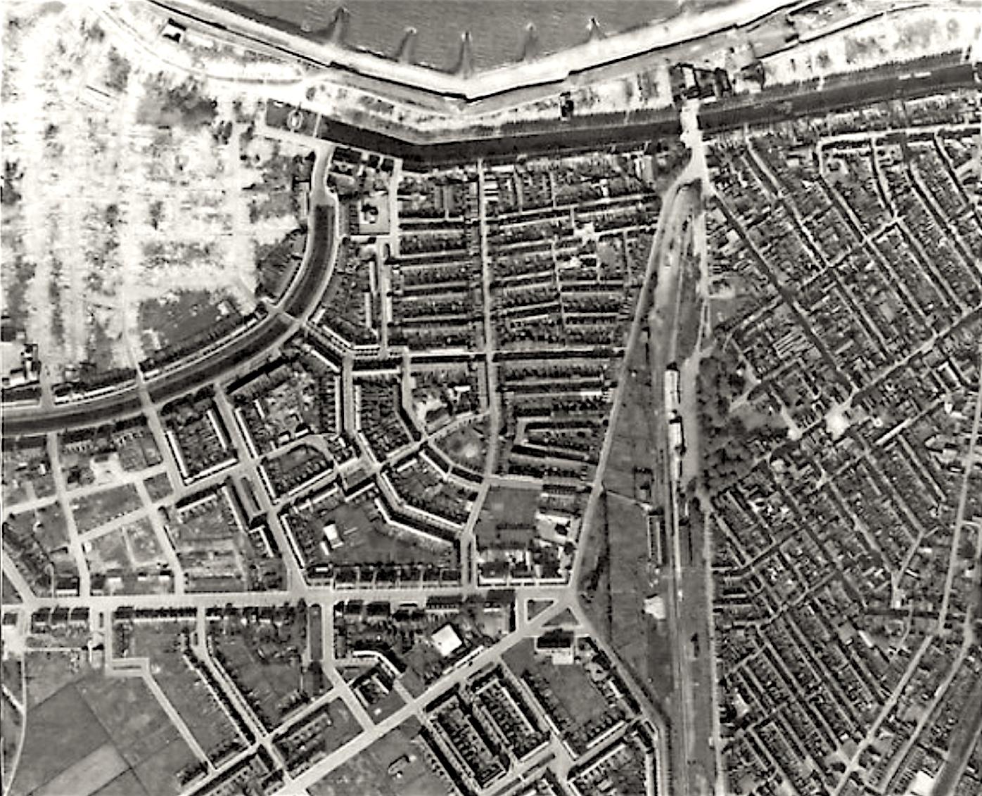 Opname van 4 oktober 1944, de Royal Air Force vloog op ongeveer tien kilometer hoogte over de Helderse binnenstad, linksboven de afgebroken wijk Ouwe Helder, boven de kaalslag langs de Kanaalweg (