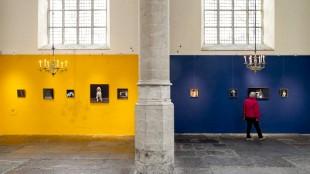 Rode, gele en blauwe muren voor Hellen van Meene in Alkmaarse rijksmonument (foto Jan Jong/jjfoto.nl)