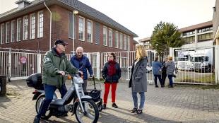 Geschokte buurtbewoners bij de achteruitgang van het Rob Scholte Museum in Den Helder, gestart is met de ontruiming van kunstenaar Rob Scholte en zijn museum (foto Dingena Mol)