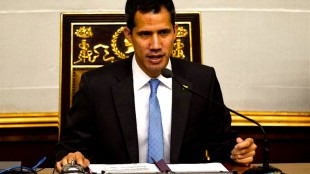 Venezuelan opposition leader Juan Guaido speaks during a session of the Venezuelan National Assembly in Caracas (foto Yahoo News)