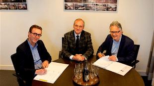 Ex wethouder vastgoed gemeente DH Lolke Kuipers, midden, met Ferdinand Vreugendenhil, links, Zeestad BV/NV & Robbert Waltmann, rechts, Woningstichting DH/Helder Vastgoed (foto zeestad.nl)
