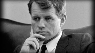 "Robert F. ""Bobby"" Kennedy (1925–1968), commonly known by his initials RFK (foto LBJ Library/Yoichi R. Okamoto/Wikimedia Commons)"