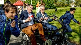 Wethouder Peter de Vrij (links met toeter) heeft plezier (foto Twitter)