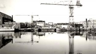 Aanzicht van Willemsoord in 1960, links torenkraan één (bestaat nog), daarnaast kraan drie aan de 'monteurskade' (verdwenen in 2002, foto archief Historisch Documentatiecentrum Marinebedrijf)