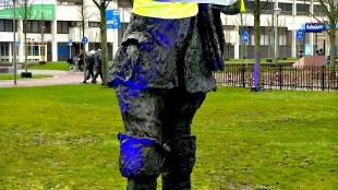 De Jutter met de rug naar het Rob Scholte Museum in een geel hesje (foto Ontdek Den Helder)