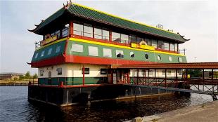 Het drijvende Chinese restaurant in de haven van Den Helder moet weg, Havenbedrijf Port Of Den Helder wil de ligplaats terug voor havenactiviteiten (foto LOS Den Helder)