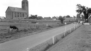 Michaëlskerk uit de elfde eeuw in Oosterland, 1960, Archeologische Werkgemeenschap Nederland is verontrust over het plan voor woningbouw vlakbij de kerk (foto Regionaal Archief Alkmaar)