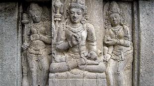 A male devata, flanked by a two apsaras, Vishnu temple, Prambanan (foto Wikipedia)