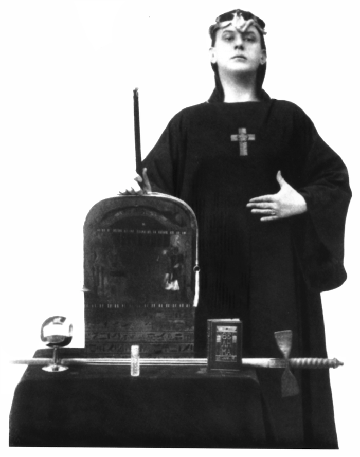 ALEISTER CROWLEY AS MAGUS, LIBER ABA, IN 1912 (foto WIKIPEDIA)