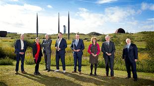 College van B & W Den Helder, tweede van rechts voormalig burgemeester Koen Schuiling, nu vertrokken naar Groningen, op het Nollen project van Rudi van de Wint (foto DHA)