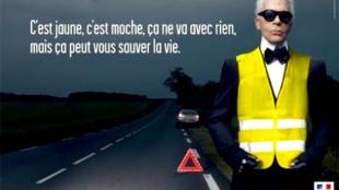 "Karl Lagerfeld in het geel (""ça peut vous sauver la vie"") (foto Twitter)"