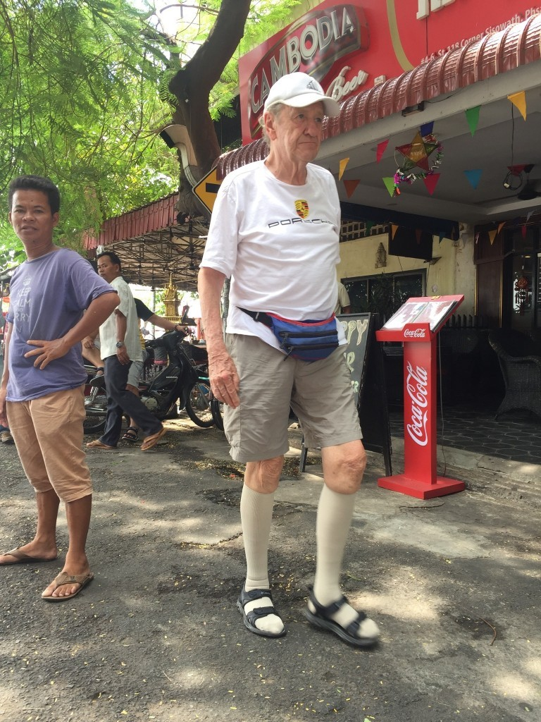 Met Jaap Holtzapffel bevriende kindervriend in Phnon Pen (foto Facebook)