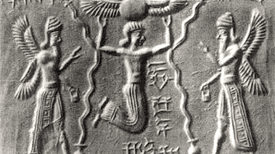 The goddess Ishtar of the morning star of Venus, escorted by two Apkallu, sages or angels (foto Auromere)