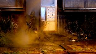 Twee scooters en een fiets uitgebrand voor een flat aan de Marsdiepstraat in Den Helder (foto NHD)