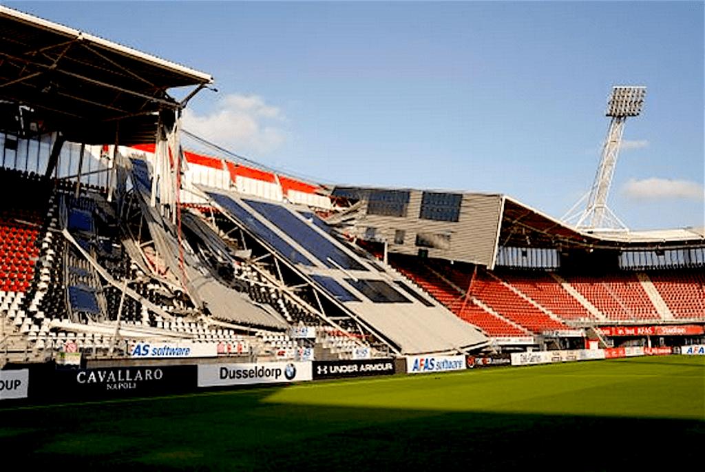 Dak AZ stadion ingestort (foto Ed van de Pol:NHD)