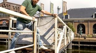 Ex CDA wethouder, nu raadslid, Edwin Krijns op de pontonbrug tussen restaurant Stoom op Willemsoord en de Weststraat (foto Peter van Aalst)