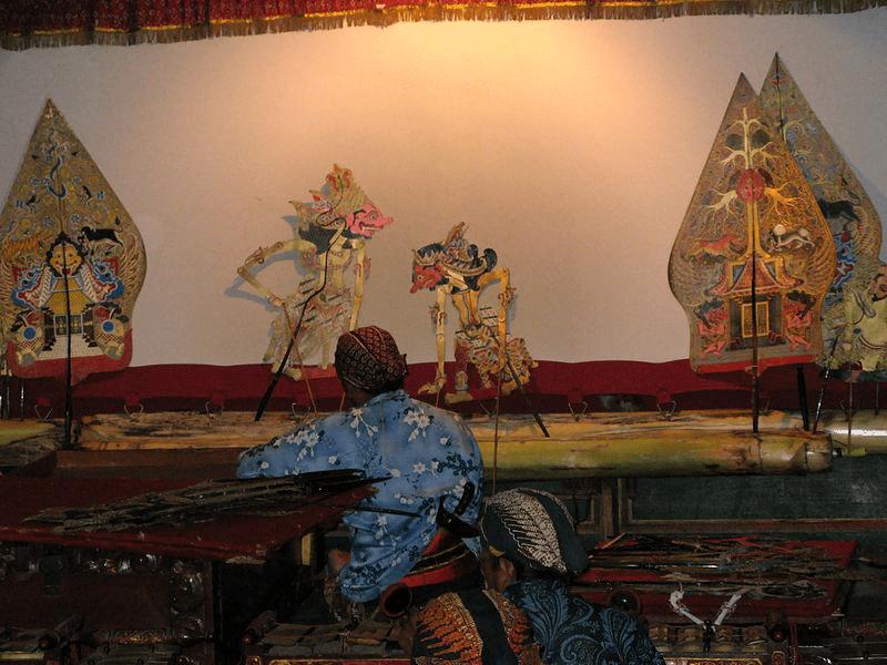 The gunungan in this wayang performance in Yogyakarta served as props (foto Wikipedia)