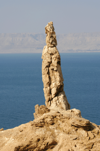This salt pillar on Mount Sodom is nicknamed Lot's Wife (foto earthmagazine)