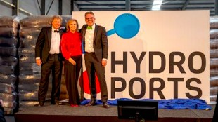 Bij de presentatie van Hydroports, v.ln.r. Koen Overtoom, Port of Amsterdam, Jacoba Bolderheij, Port of Den Helder, en Cas König, Groningen Seaports (foto Port of Den Helder)