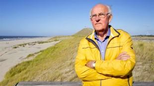 Cor Koning van bewonersbelangenclub Het Zijper Landschap bij het strand van Petten (foto Marc Moussault)