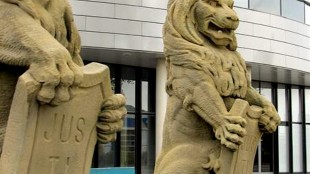 Leeuwen bij Rechtbank Alkmaar (foto rechtspraak.nl)