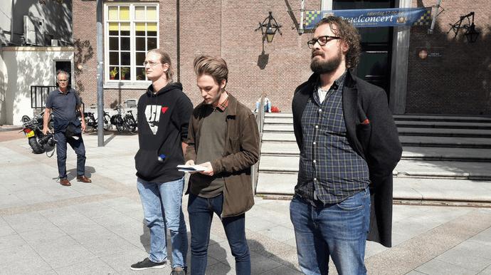 Mike Hamers (midden) vertelt namens de Communistische Jongerenbeweging van Nederland waarom die tegen de expositie Design van het Derde Rijk in Design Musem Den Bosch zijn ((foto Johan van Grinsven:BD)