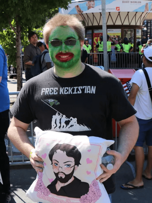 One of the paradegoers dressed like Pepe The Frog, holding a pillow of the YouTuber Sargon Of Akkad (foto Ryan Broderick - BuzzFeed News)