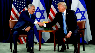 President Donald Trump shakes hands with Prime Minister Benjamin Netanyahu at the United Nations General Assembly, New York, September 26, 2018 (foto Evan Vucci)