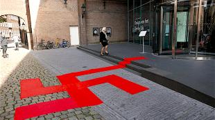 Provocerende rode loper bij het Design Museum Den Bosch (foto Johan van Grinsven/BD)