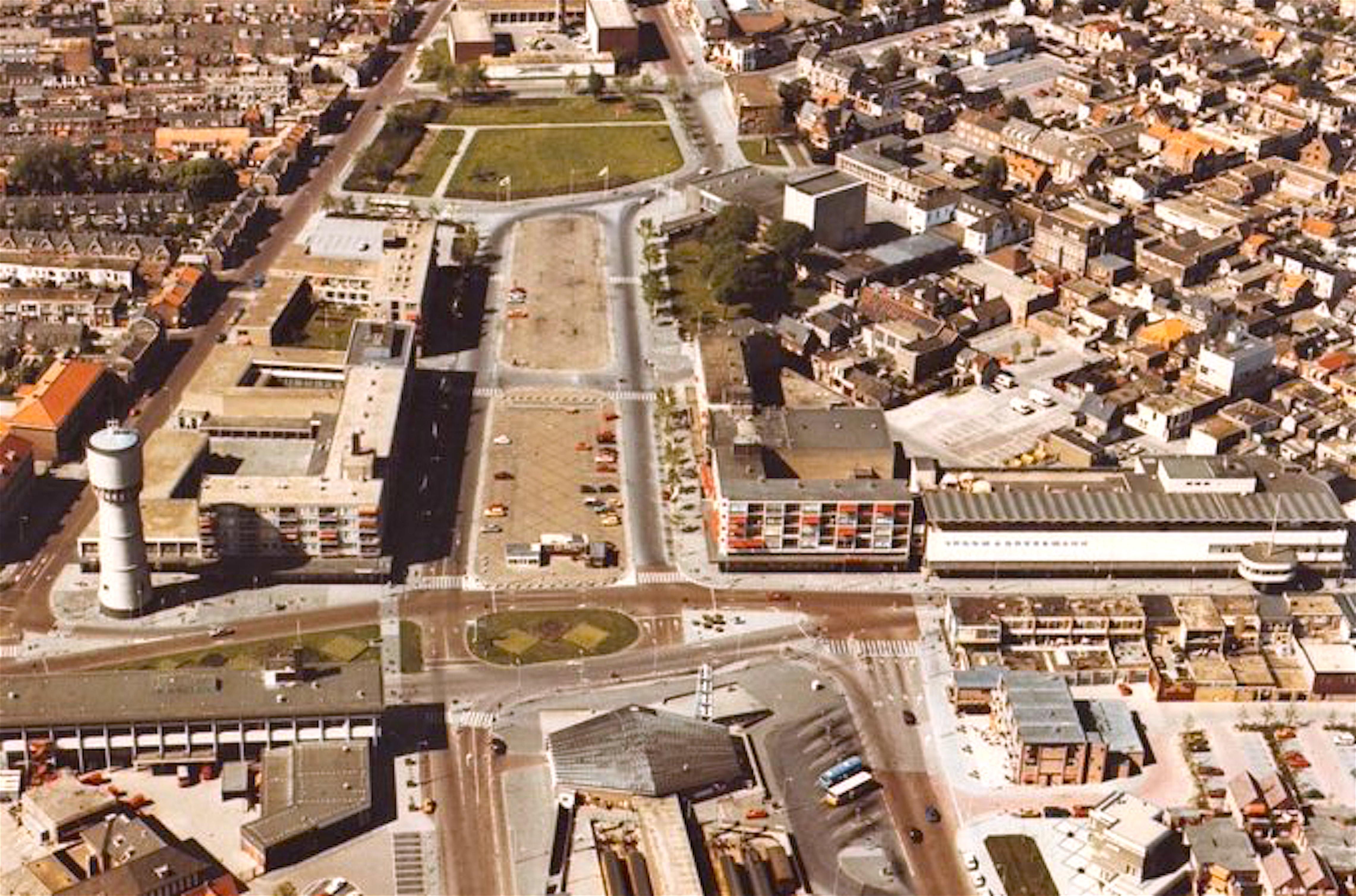 Den Helder in de glorie van de wederopbouw, linksonder het inmiddels gedeeltelijk gesloopte Rob Scholte Museum (foto Stadsarchief DH)